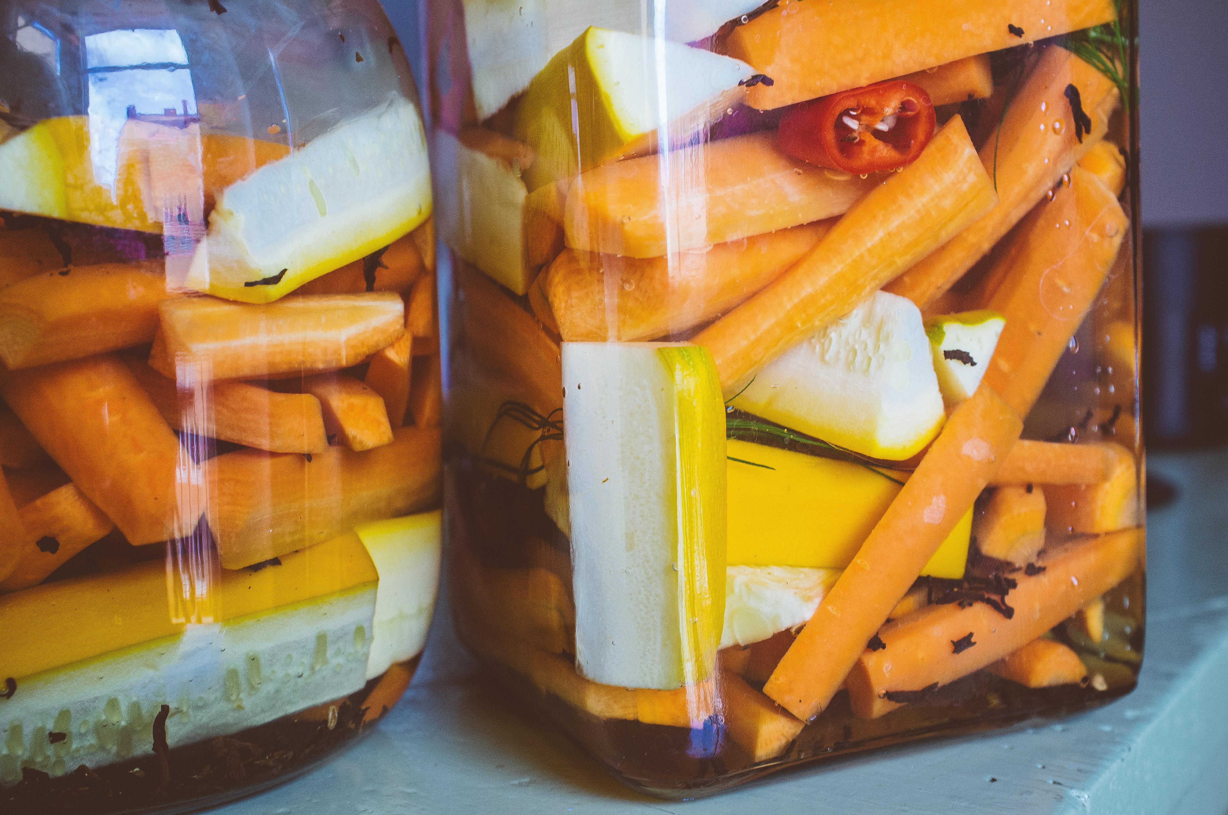 Mjölksyrade morötter och zucchini med dill, chiil och svart te.