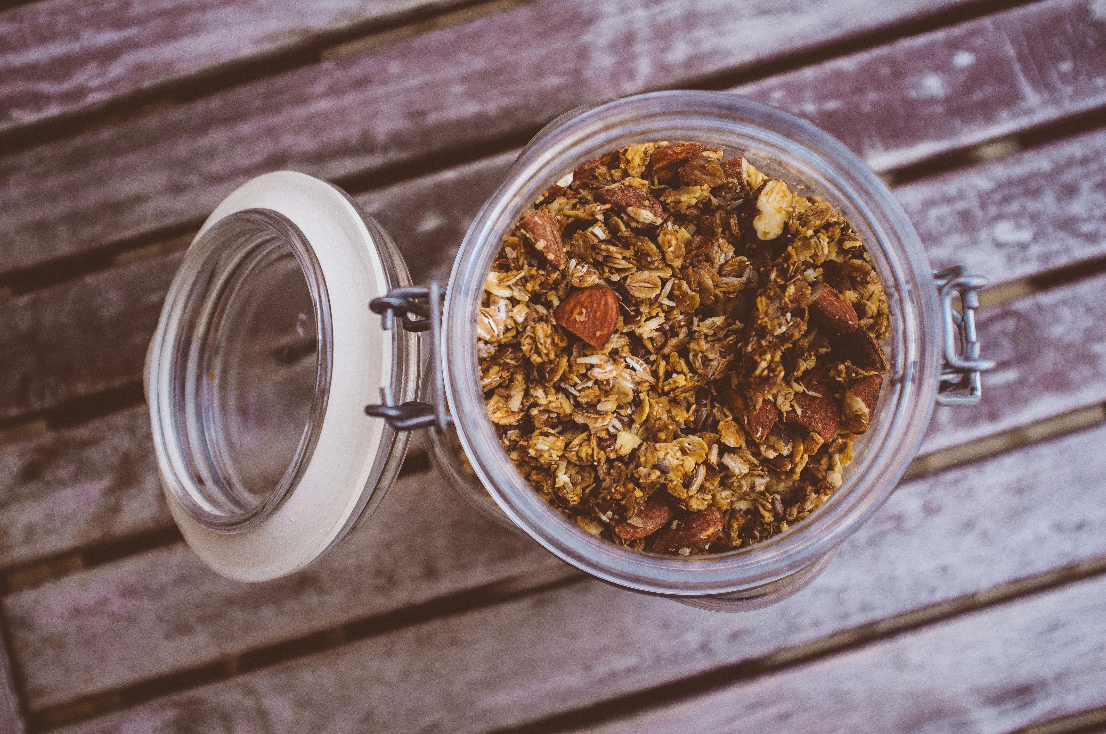 Hemgjord granola med råg, havre, mandel och kokossocker.