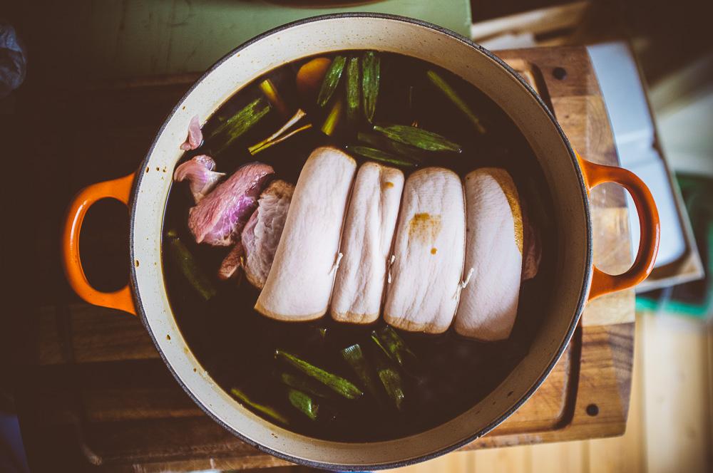 Chashu - långsamt tillagad fläsksida i master stock-buljong.