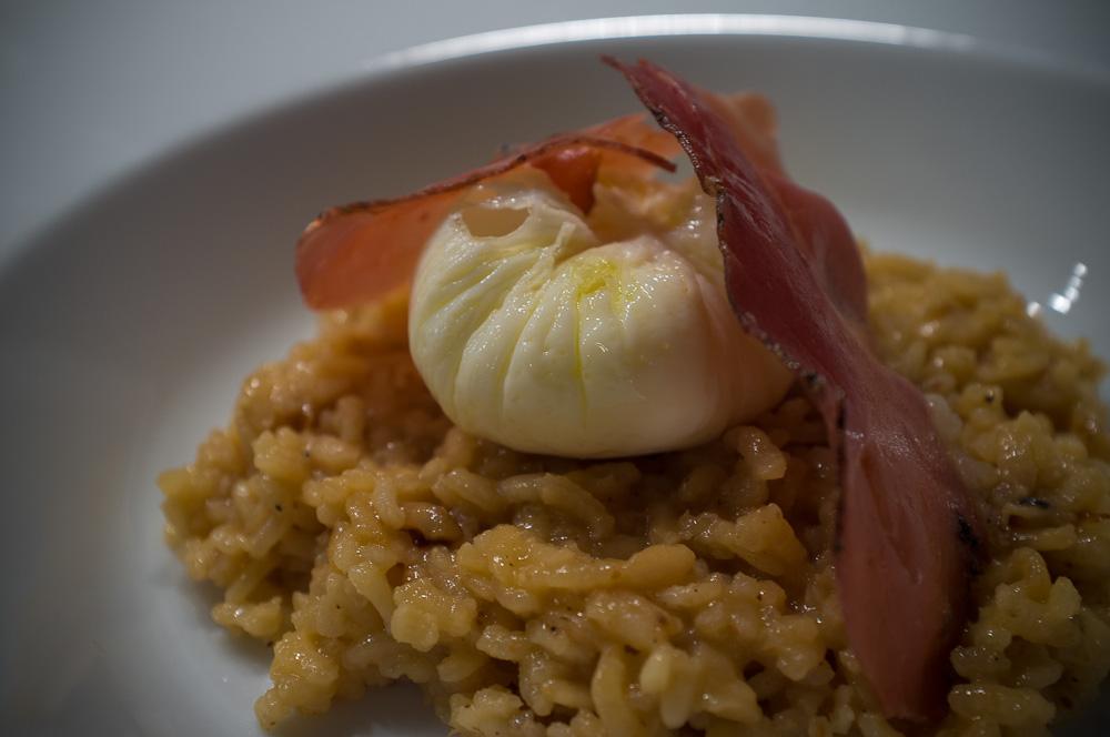 Pocherat ägg, här över en parmesanrisotto med stekt prosciutto.