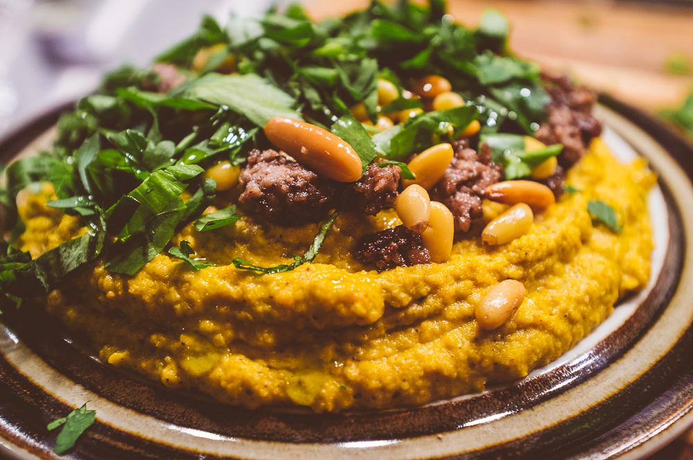 Hummus på kikärtor och rostade morötter, med krydpepprig köttfärs, pinjenötter och persilja.