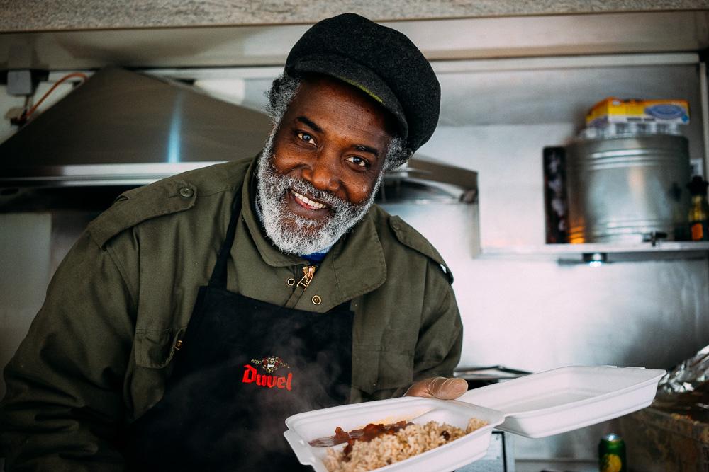 John Caroll, aka Papa Bull, är den som står bakom och driver den jamaicanska foodtrucken Back A Yard i Stockholm.