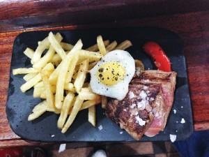 Kött, pommes frites och vaktelägg på Bar Astelena i San Sebastian.
