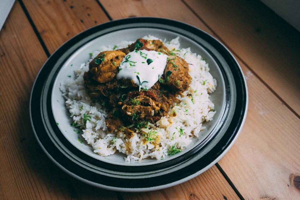 Sydindisk kycklingcurry gjord i tryckkokare på basmatiris med lime och svart kardemumma.