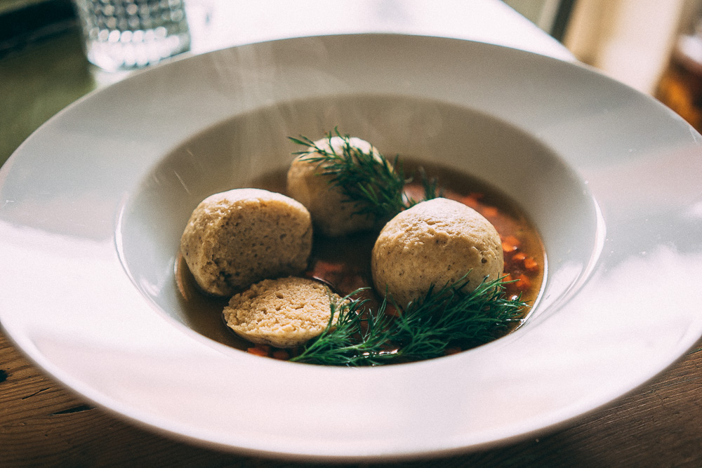 Matzo ball soup (matzabollssoppa).