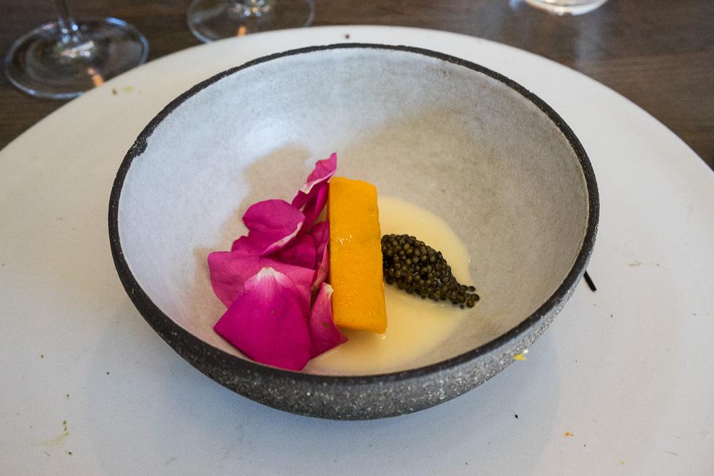 Pumpa, rosenblad, kaviar och beurre blanc på korn och smör.