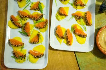 Sashimi med lax, mango, furikake, salladslök och sojamajonnäs.