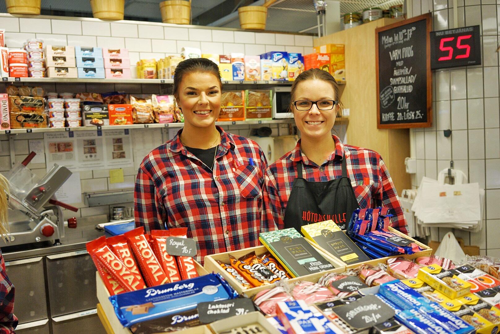 Två av systrarna Stobin, Sonja och Elisa, i Finska butiken i Hötorgshallen.