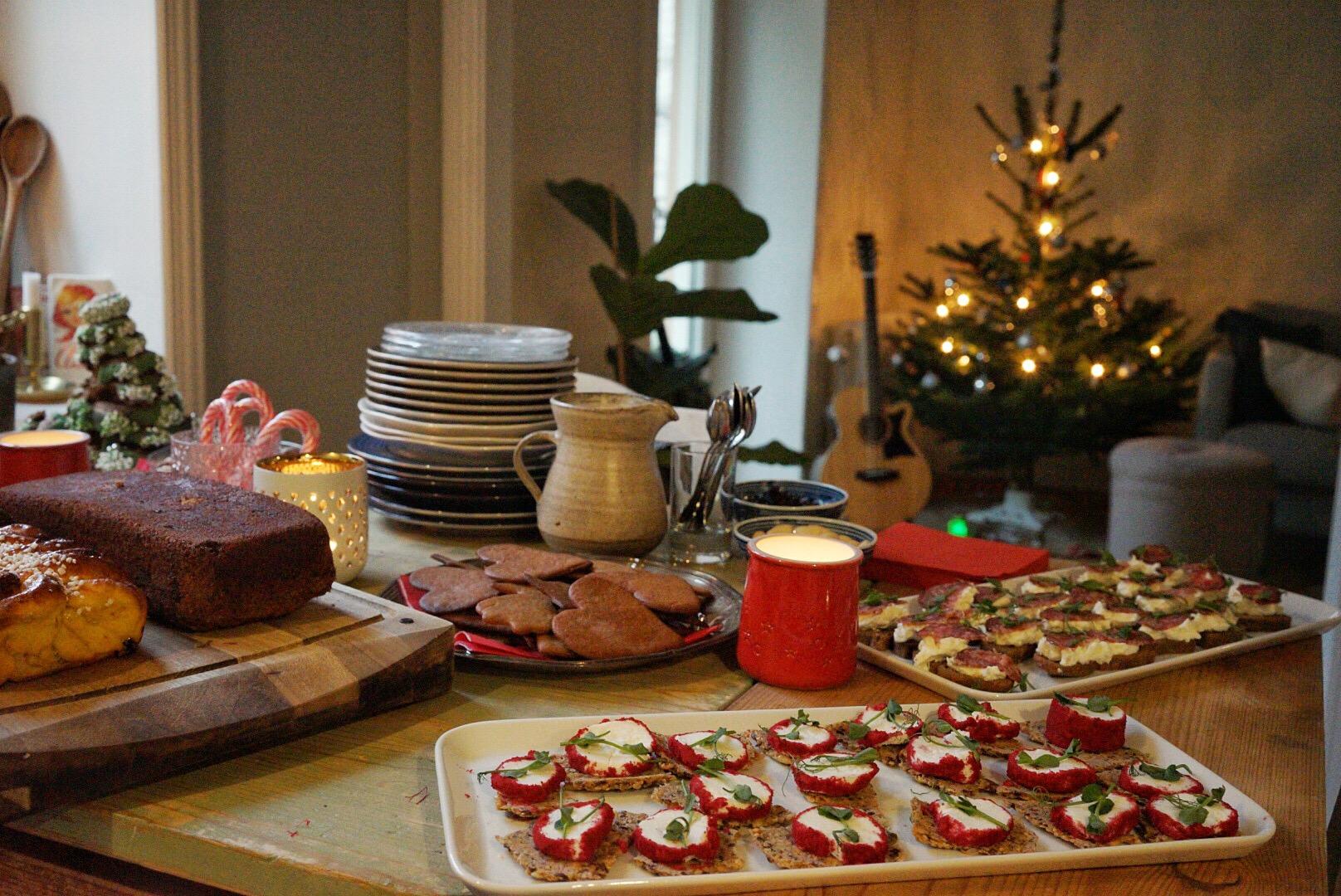 Glöggmys med snittar, julgodis, saffranslängder och mjuk pepparkaka.