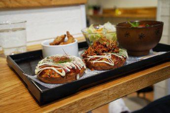 Okonomiyaki, japanska pannkakor, på MamaWolf på Timmermansgatan 15 i Stockholm.