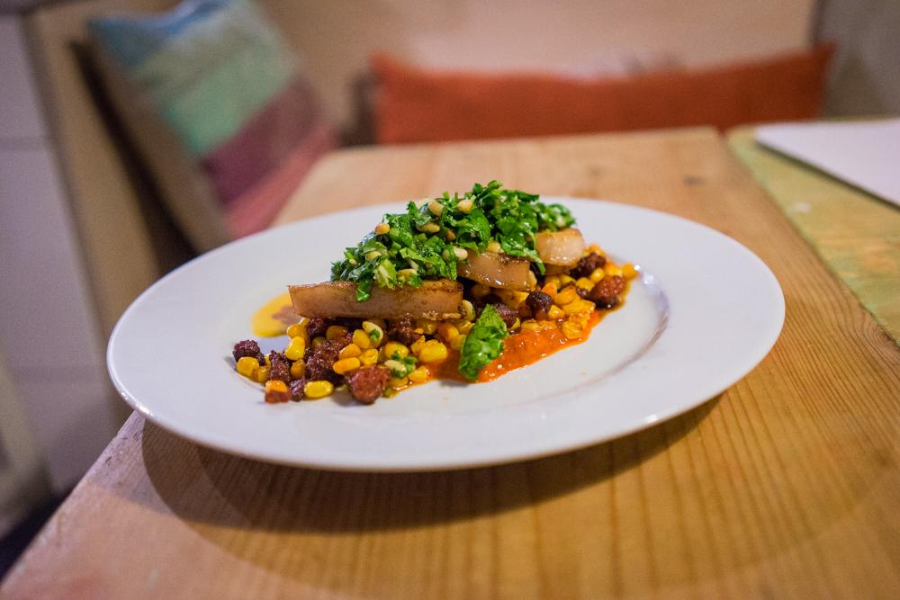 Fläsksida med koriandergremolata, majs och chorizo